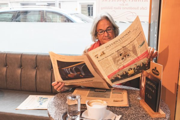 Cafe Konditorei Wien Oberdöbling Kundin Zeitung lesen